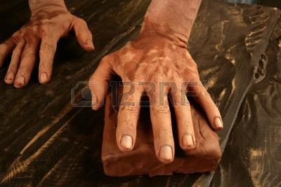 6767649-ceramiche-artigianato-vasaio-questa-mani-lavorando-argilla-rossa