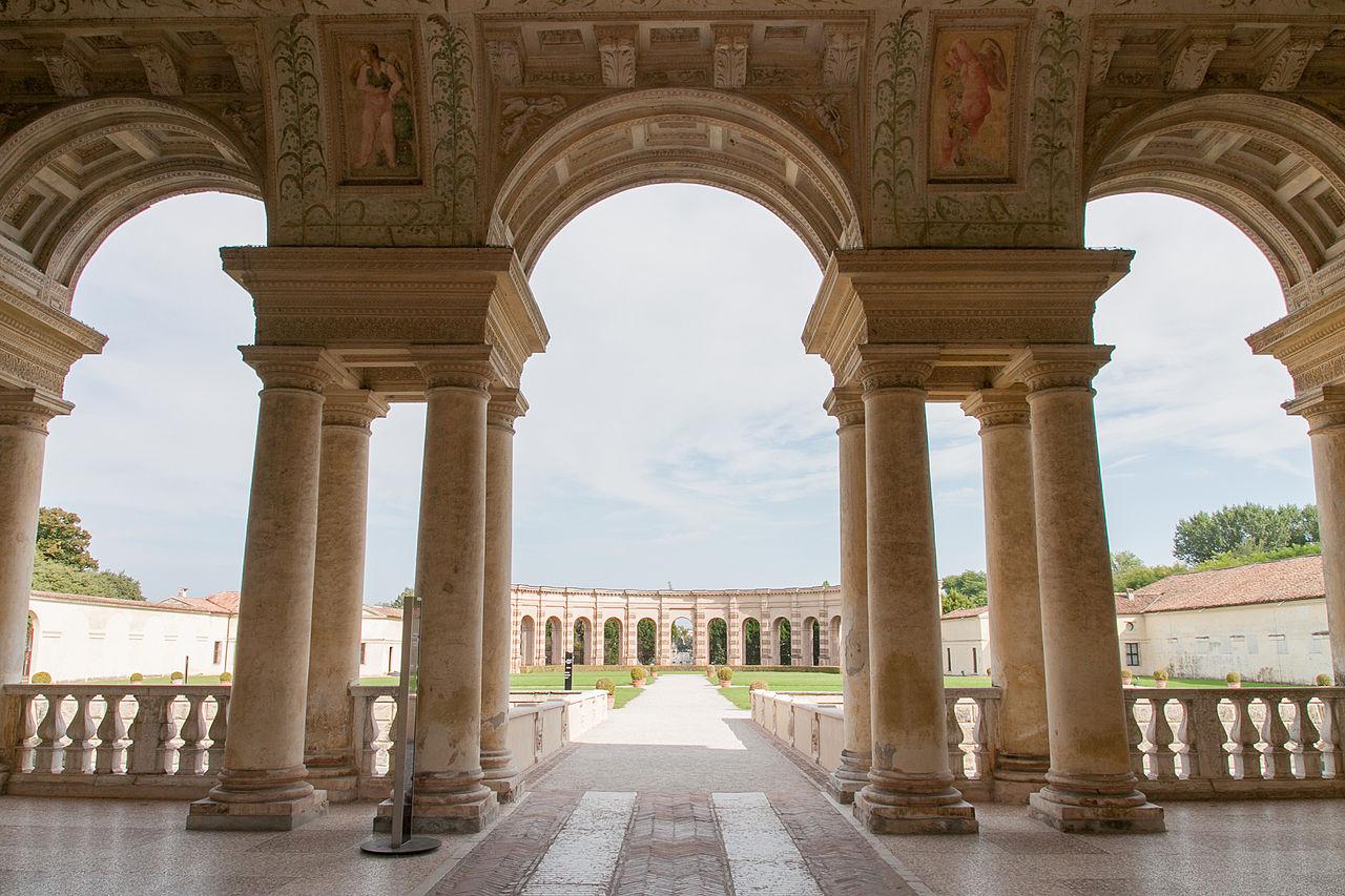 palazzo_te_-_veduta_del_giardino_interno